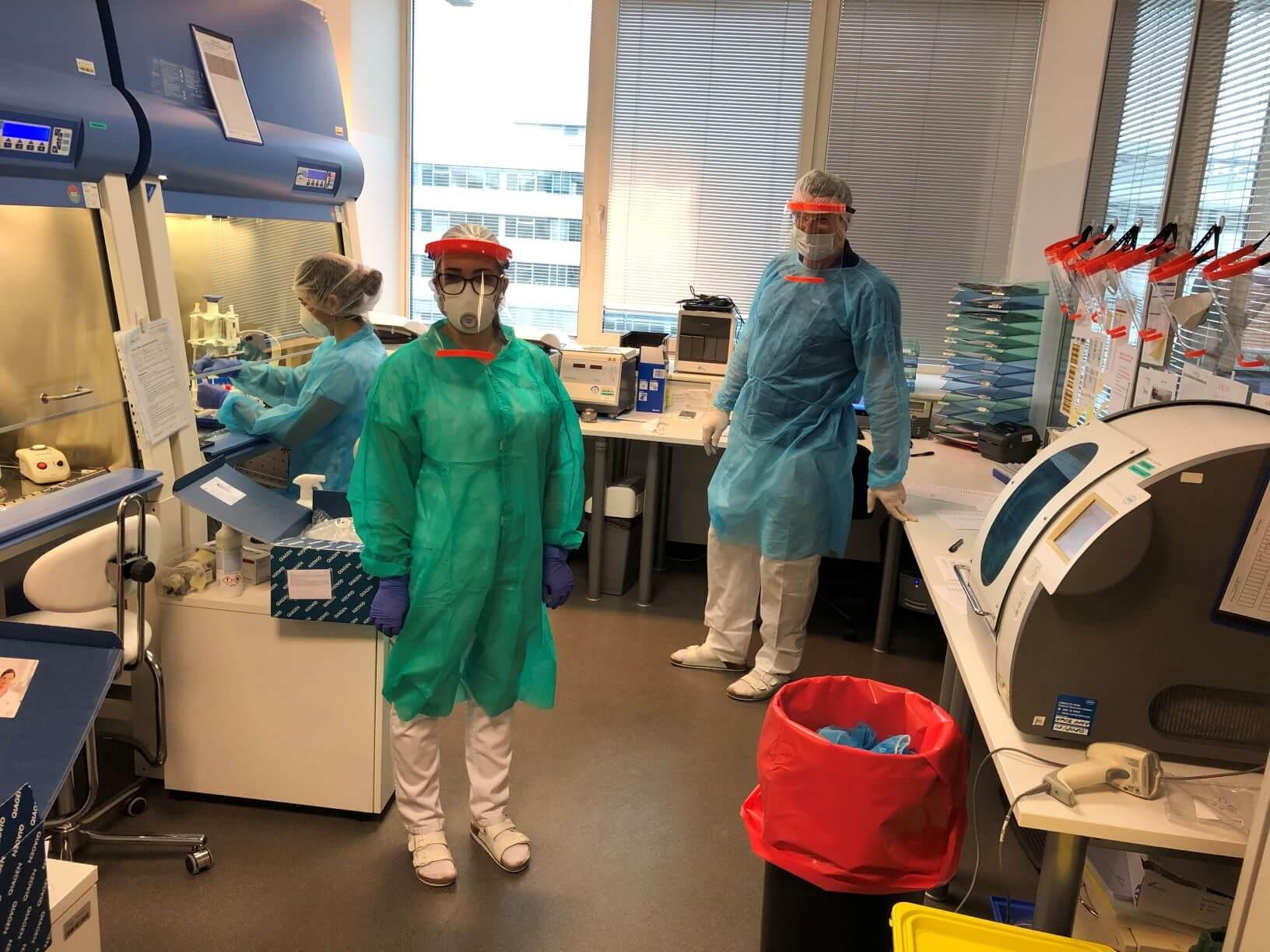 Virus SARS-CoV-2, dříve známý také jako wuchanský koronavirus, způsobil celosvětovou pandemii. Jeho hrozbu bereme vážně i v SYNLABu a protože se bez pořádného testování virus porazit nedá, zapojili jsme se do testování vzorků i my. V laboratořích CUBE na Evropské třídě v Praze Dejvicích jich denně zvládneme udělat až 700 a od poloviny března, kdy jsme s testováním začali, jich bylo už přes 10 tisíc.
